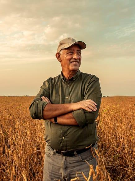 fazendeiro feliz em seu campo
